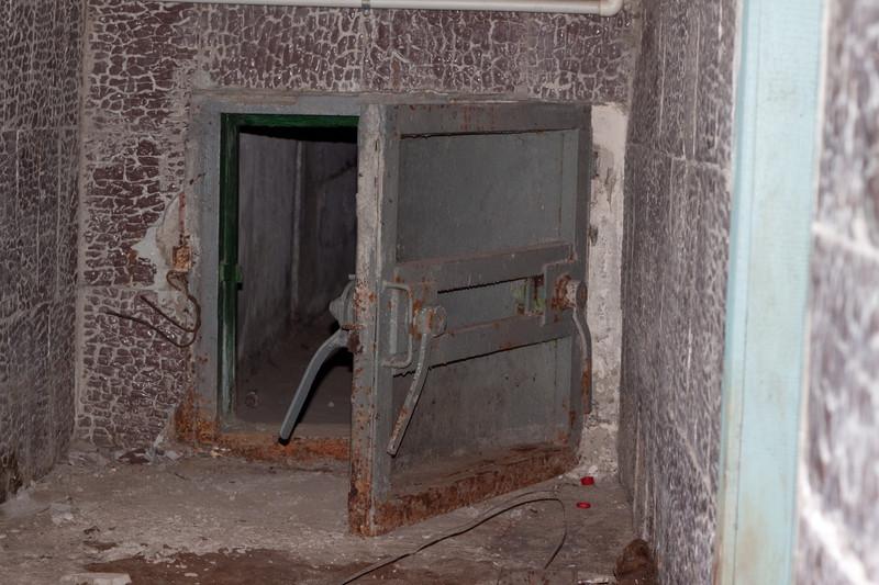 Дверь бомбоубежища